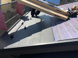 屋根(カバー工法)施工中